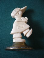 """Kleine Elfenbeinfigur """"Knabe"""" Auf Messingstand (656) - Andere Sammlungen"""