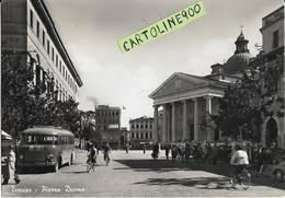 Veneto-treviso Piazza Duomo Veduta Animatissima Anni 50 Piazza Persone Ciclisti Auto Corriera Alla Fermata - Treviso