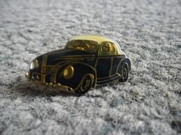 PIN'S AUTOMOBILE VW COCCINELLE Ou MERCEDES Cabriolet ? @ 25 Mm X 13 Mm - Badges