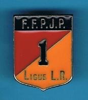 PIN'S //  ** F.F.P.J.P. ** N° 1 ** LIGUE L.R. ** Languedoc Roussillon ** - Bowls - Pétanque