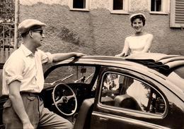 Photo Originale Volkswagen Käfer, Coccinelle, Beetle Découvrable Et Sa Pin-Up Sortant Du Toit - Planche De Bord 1960 - Automobiles