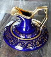 Pot à Lait En Porcelaine De Limoges Bleu Roi Et Doré - Other Collections
