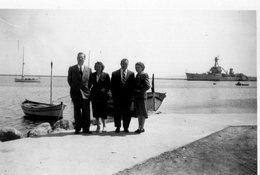 BATEAU DE GUERRE A DROITE -DEVANT 2 COUPLES SUR LA JETEE  ANNEES 1940.50 - Boats