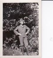 Foto Deutscher Soldat Mit Stiefeln Und Schiffchen - 1940 - 5,5*5,5cm (37414) - Krieg, Militär