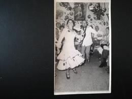 TOURISTE ENTRAINÉ PAR UNE DANSEUSE DE FLAMENCO DANS UN BAR À GRANADA + COUPLE ESPAGNE PLAGE MAILLOTS 13 PHOTOS ORIGINALE - Persone Anonimi