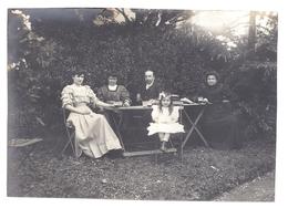 Photographie Ancienne -personnes Attablées ~1930? - Anonymous Persons