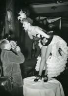 France Photographe Et Son Modèle Tirant La Langue Ancienne Photo 1950 - Profesiones