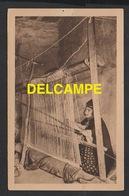 DF / ALGERIE / FEMME INDIGÈNE AU MÉTIER À TISSER / CARTE CONVIANT AU FÊTES DU CENTENAIRE EN 1930 - Algeria