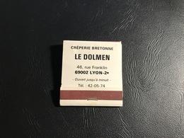 Boite D'allumettes «Le Dolmen» Creperie Bretonne LYON 2eme - Publicité Martini / Nusty - Boites D'allumettes - Etiquettes