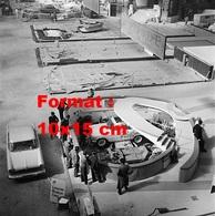 Reproduction D'une Photographie De La Préparation Du Stand Simca Aronde Au Salon De L'automobile à Paris En 1959 - Reproductions