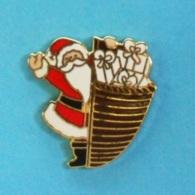 1 PIN'S //   ** LE PÈRE NOËL / ET SA HOTTE PLEINE DE CADEAUX ** - Noël