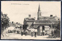 LE POIROUX - LA GRANDE RUE - ANIMATION - BEAU PLAN - France
