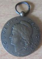 Médaille En Bronze - Souvenir Français / Mérite - Dévouement - Attribuée Au Curé Morel En 1912 - Sylla / Eustache Sc - Professionnels / De Société