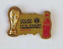 1 Pin's COCA COLA - COUPE DU MONDE FOOTBALL 2006 Double Attache Signé 1974 FIFA TM - Coca-Cola