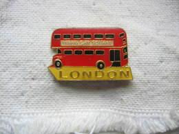 Pin's D'un Bus Anglais à 2 étages Se Dirrigeant Vers La Place Trafalgar Square. LONDON - Transportation