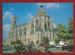 FR.- AIZENAY. L'Eglise St. Benoit. Foto Pierre Morisan. Old Cars. - Aizenay