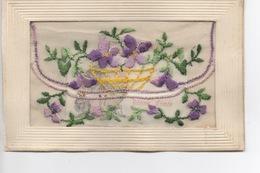 Carte Postale Ancienne, Avec Bordure Gaufrée,  Tissu Mousseline Brodé D'une Fleur Violettes Et Corbeille - Cumpleaños