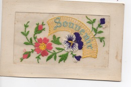 """Carte Postale Ancienne, Avec Bordure Gaufrée,  Tissu Mousseline Brodé D'une Fleur De Pensée Et Du Mot """"Souvenir"""". Ec - Otros"""