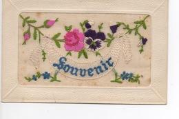 """Carte Postale Ancienne, Avec Bordure Gaufrée,  Tissu Mousseline Brodé D'une Fleur De Pensée Et Du Mot """"souvenir"""". - Otros"""