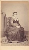 ANTIQUE CDV PHOTO - SEATED OLDER  LADY. FULL DRESS. LONDON STUDIO - Photographs