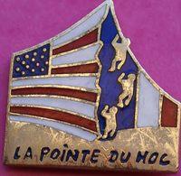 GG  251....PIN'S  MILITAIRE.... LA POINTE DU HOC..   DEBARQUEMENT EN NORMANDIE - Militaria
