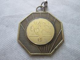 FOOTBALL, KEY-RING, METAL 4,1 X 4,1 Cm - Habillement, Souvenirs & Autres