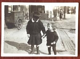Enfants Boulevard St-Marcel à Paris. Chariot De Livraison De La Boulangerie Au 56. Snapshot. - Photographs