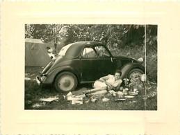 LES EYZIES VOITURE ET PIQUE NIQUE  EN  1953  8 X 11 CM - Lieux