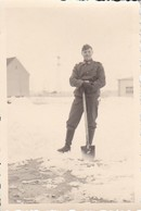 Foto Deutscher Soldat Beim Schneeschaufeln - 2. WK -  8*5,5cm (37549) - Guerre, Militaire