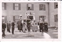 Foto Deutsche Soldaten Beim Fasching - 1939 -  8*5,5cm (37554) - Guerre, Militaire