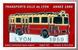 SUPER PIN'S BUS : TRANSPORTS De La Ville De LYON (69) En 1959, émail Cloisonné ARGENT, Signé C.E.T, Format 2,2X1,2cm - Transportation