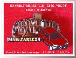 SUPER PIN'S RENAULT ARLES (13) : Visuel CLIO ROUGE Devant Les Arênes, émai Grand Feu Base Noire, Signé FC Pin's, 2,8X1,7 - Renault