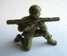 Figurine Guilbert ARMEE MODERNE SOLDAT à Genoux BAZOOKA 60's Pas Starlux Clairet Cyrnos, - Starlux