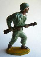 Figurine Guilbert ARMEE MODERNE SOLDAT  Fusil à La Hanche (1)  60's Pas Starlux Clairet Cyrnos, - Starlux