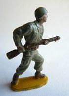 Figurine Guilbert ARMEE MODERNE SOLDAT  Fusil à La Hanche (2)  60's Pas Starlux Clairet Cyrnos, - Starlux