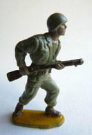 Figurine Guilbert ARMEE MODERNE SOLDAT  Fusil à La Hanche (3)  60's Pas Starlux Clairet Cyrnos, - Starlux