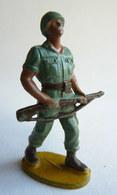 Figurine Guilbert ARMEE MODERNE SOLDAT  Fusil Devant  60's Pas Starlux Clairet Cyrnos, - Starlux