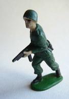 Figurine Guilbert ARMEE MODERNE SOLDAT  Mitraillette   60's Pas Starlux Clairet Cyrnos, - Starlux