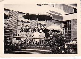 Foto Deutsche Matrosen Mit Damen - Beverlo - Belgien - Sept. 1943 -  8*5,5cm (37566) - Krieg, Militär