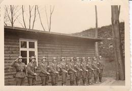 Foto Abteilung Deutsche Soldaten Beim Präsentieren Des Gewehrs - Appell - 2. WK - 8*5,5cm (37568) - Guerre, Militaire