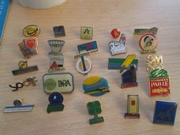 A Prix Cassé !!! LOT18-200 De 25 Pin's En Très Bon état , Tous Différents , Avec Leurs Attaches - Badges