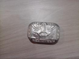 Ancienne Boîte Boules Quies Paris  En Aluminium Motif Dieu égyptien Hiéroglyphes Propre En Bon état Port Gratuit - Boxes