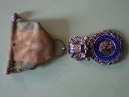 Médaille Militaire 1870 Avec Ruban Jaune Et Liseré Vert Et Barrette à Boule Modèle 3ème République, Valeur Et Discipline - France