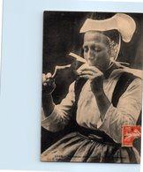 29 Fumeuse Gouëzec - Coiffe Bretonne - TABAC   (pipe, Cigarette) - Gouézec