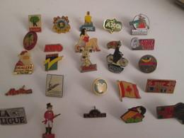 A Prix Cassé !!! LOT18-82 De 25 Pin's En Très Bon état , Tous Différents , Avec Leurs Attaches - Badges
