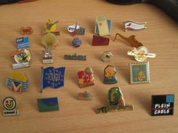 A Prix Cassé !!! LOT18-177 De 25 Pin's En Très Bon état , Tous Différents , Avec Leurs Attaches - Badges