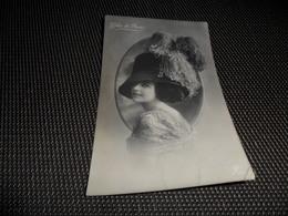 Femme ( 1194 )  Vrouw  Mode  Grand Chapeau  Grote Hoed  Chic De Paris - Mode
