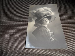 Femme ( 1200 )  Vrouw  Mode  Grand Chapeau  Grote Hoed - Mode