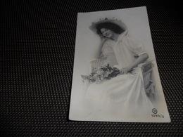 Femme ( 1209 )  Vrouw  Mode Chapeau   Hoed - Mode