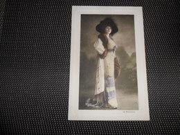 Femme ( 1212 )  Vrouw  Mode Chapeau   Hoed  La Parisienne - Mode